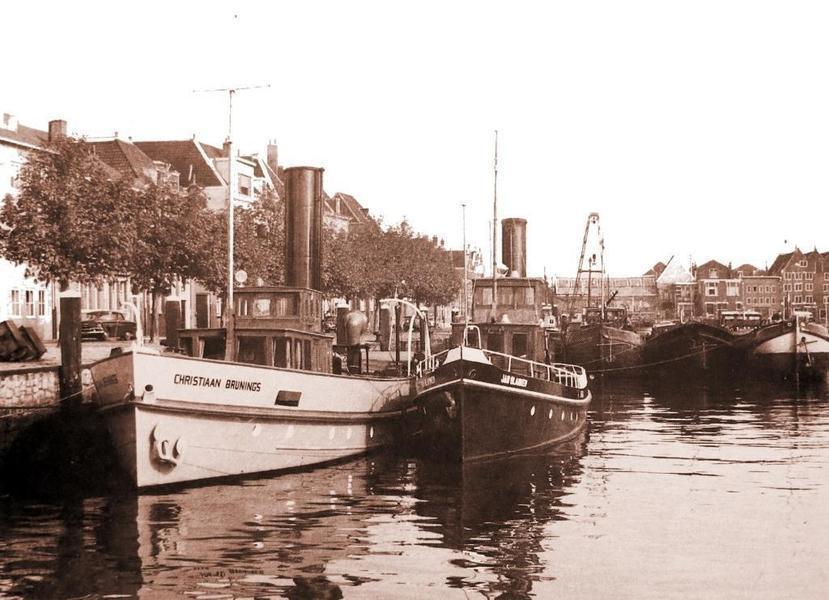 De Christiaan Brunings met de Jan Blanken Binnen Kalkhaven Dordrecht. Foto: Jan Biezenaar