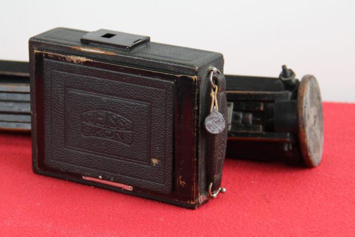 Zeis Ikon camera met statief, ingeklapt