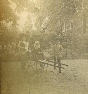 Drie kinderen met kar