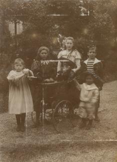 Kinderen met kinderwagen
