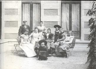 Familie bij huis in Baarn