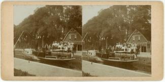 Gezelschap met stoombootje in sluis, 7 september 1902