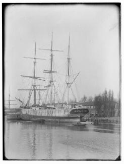 Schip de Ardjoeno in IJgracht