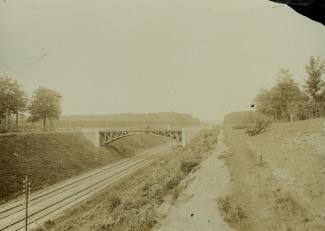 Spoorbaan en voetgangersbrug bij Baarn