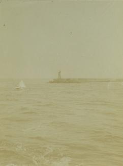 Zeilbootje bij havenpier IJmuiden
