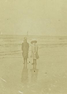 Twee dochters op et strand