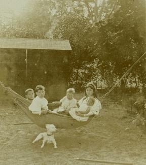 Kinderen in hangmat met hond