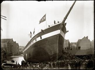 Tewaterlaten van barkschip Amsterdam op de werf Concordia van Huygens & Van Gelder, 1892